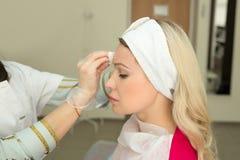 Schönes junges Mädchen des europäischen Auftrittes auf dem Verfahren des Einspritzens von Einspritzungen Lizenzfreies Stockbild