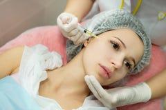 Schönes junges Mädchen des europäischen Auftrittes auf dem Verfahren des Einspritzens von Einspritzungen Lizenzfreie Stockbilder