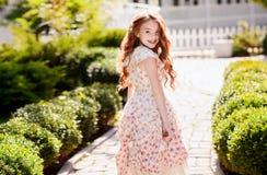 schönes junges Mädchen draußen stockbilder
