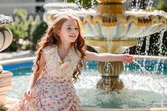 schönes junges Mädchen draußen lizenzfreie stockfotos