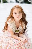 schönes junges Mädchen draußen lizenzfreies stockfoto