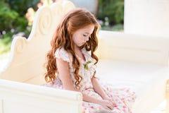 schönes junges Mädchen draußen lizenzfreies stockbild