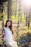 Schönes junges Mädchen draußen im Frühjahr Lizenzfreies Stockfoto