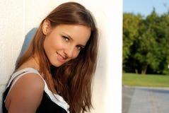 Schönes junges Mädchen draußen am Sommer Lizenzfreies Stockbild