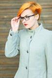 Schönes junges Mädchen in einem Mantel auf der Straße Lizenzfreie Stockbilder