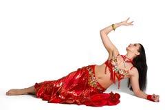 Schönes junges Mädchen in einem orientalischen Tanz der roten Klage in Bewegungsisolator lizenzfreies stockfoto