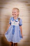 Schönes junges Mädchen in einem stilvollen Kleid Stockfotos