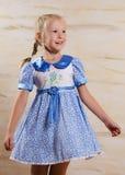 Schönes junges Mädchen in einem stilvollen Kleid Lizenzfreies Stockbild