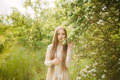 Schönes junges Mädchen in einer blühenden Flieder Lizenzfreies Stockfoto