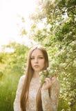 Schönes junges Mädchen in einer Blume Lizenzfreie Stockfotografie