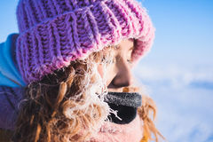 Schönes junges Mädchen in einer des Gelbs Jacke unten und in einer rosa Strickmütze mit dem roten Haar in einem Frost im Hintergr Stockbilder