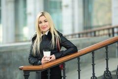 Schönes junges Mädchen in einer schwarzen Jacke draußen stockfotografie