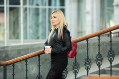 Schönes junges Mädchen in einer schwarzen Jacke draußen lizenzfreie stockfotografie