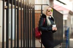 Schönes junges Mädchen in einer schwarzen Jacke und in den Gläsern lizenzfreie stockbilder