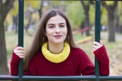 Schönes junges Mädchen, gestaltet Schauen im Ziel Lizenzfreie Stockfotos