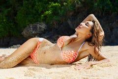 Schönes junges Mädchen im Bikini auf einem tropischen Strand Blaues Meer herein Stockfotos