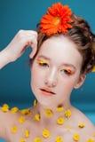 Schönes junges Mädchen im Bild der Flora, Nahaufnahmeporträt Stockbild