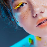 Schönes junges Mädchen im Bild der Flora, Nahaufnahmeporträt Lizenzfreie Stockfotografie