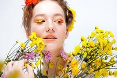 Schönes junges Mädchen im Bild der Flora, Nahaufnahmeporträt stockbilder
