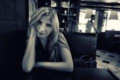 Schönes junges Mädchen im Café lizenzfreie stockfotos