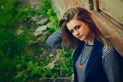 Schönes junges Mädchen im Freien im geworfenen Platz Stockfotografie
