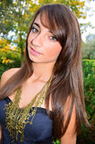 Schönes junges Mädchen im Holz lizenzfreies stockfoto