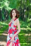 Schönes junges Mädchen im roten Kleid Stockfotografie