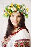 Schönes junges Mädchen im ukrainischen Nationalkostüm und in einem Kranz von stockbilder