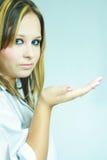 Schönes junges Mädchen im weißen Hemd Stockbild