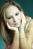 Schönes junges Mädchen im weißen tanktop Stockbilder
