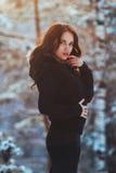 Schönes junges Mädchen im Winterwald lizenzfreie stockfotos