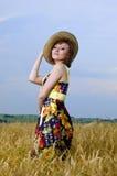 Schönes junges Mädchen ist auf dem Gebiet des Weizens Lizenzfreies Stockbild
