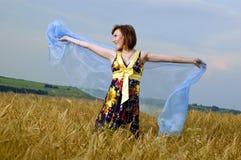 Schönes junges Mädchen ist auf dem Gebiet des Weizens Stockfoto