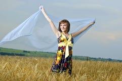 Schönes junges Mädchen ist auf dem Gebiet des Weizens Stockbild