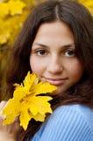Schönes junges Mädchen ist bis zum einem Herbsttag Lizenzfreie Stockbilder