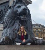 Schönes junges Mädchen in London - Sightseeing-Tour Lizenzfreie Stockfotos
