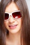 Schönes junges Mädchen mit Art und Weisesonnenbrillen stockfotos