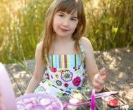 Schönes junges Mädchen mit bilden Set draußen Stockfotografie