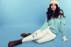 Schönes junges Mädchen mit dem dunklen gelockten Haar trägt gemütliche warme Kleidung stockbilder