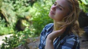 Schönes junges Mädchen mit dem langen roten gelockten Haar stock video footage