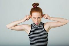 Schönes junges Mädchen mit dem roten Haar lizenzfreie stockfotografie