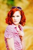 Schönes junges Mädchen mit dem roten Haar Stockfotografie