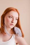 Schönes junges Mädchen mit dem roten Haar Lizenzfreies Stockfoto