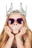 Schönes junges Mädchen mit den Gläsern, die eine Luftblase durchbrennen Stockfotografie