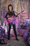 Schönes junges Mädchen mit E-Gitarre Lizenzfreies Stockfoto