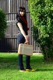 Schönes junges Mädchen mit einem Kasten der Flechtweide Lizenzfreies Stockbild