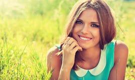 Schönes junges Mädchen mit einem Lächeln stockfotos