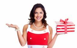 Schönes junges Mädchen mit einem Weihnachtsgeschenk stockfotos