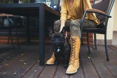 Schönes junges Mädchen mit ihrem Hund im Herbstpark lizenzfreie stockbilder