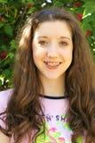 Schönes junges Mädchen mit Klammern headshot Stockbild